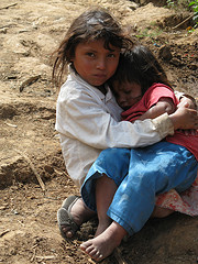 8-årig flicka med hennes 4-åriga lillasyster som mestadels sover pga undernäring